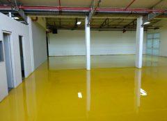 רצפת מוסך מצופה באפוקסי צהוב